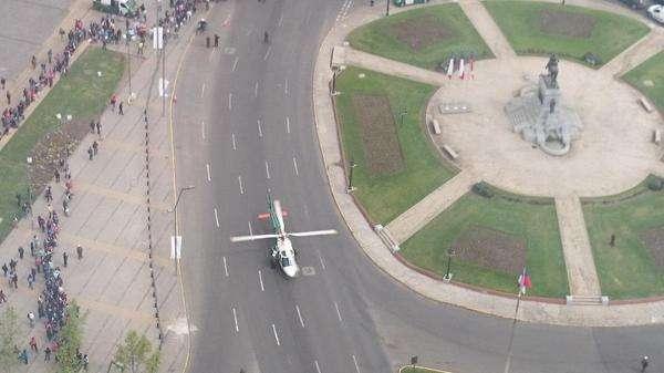 Helicóptero sorprende a transeúntes en Plaza Italia
