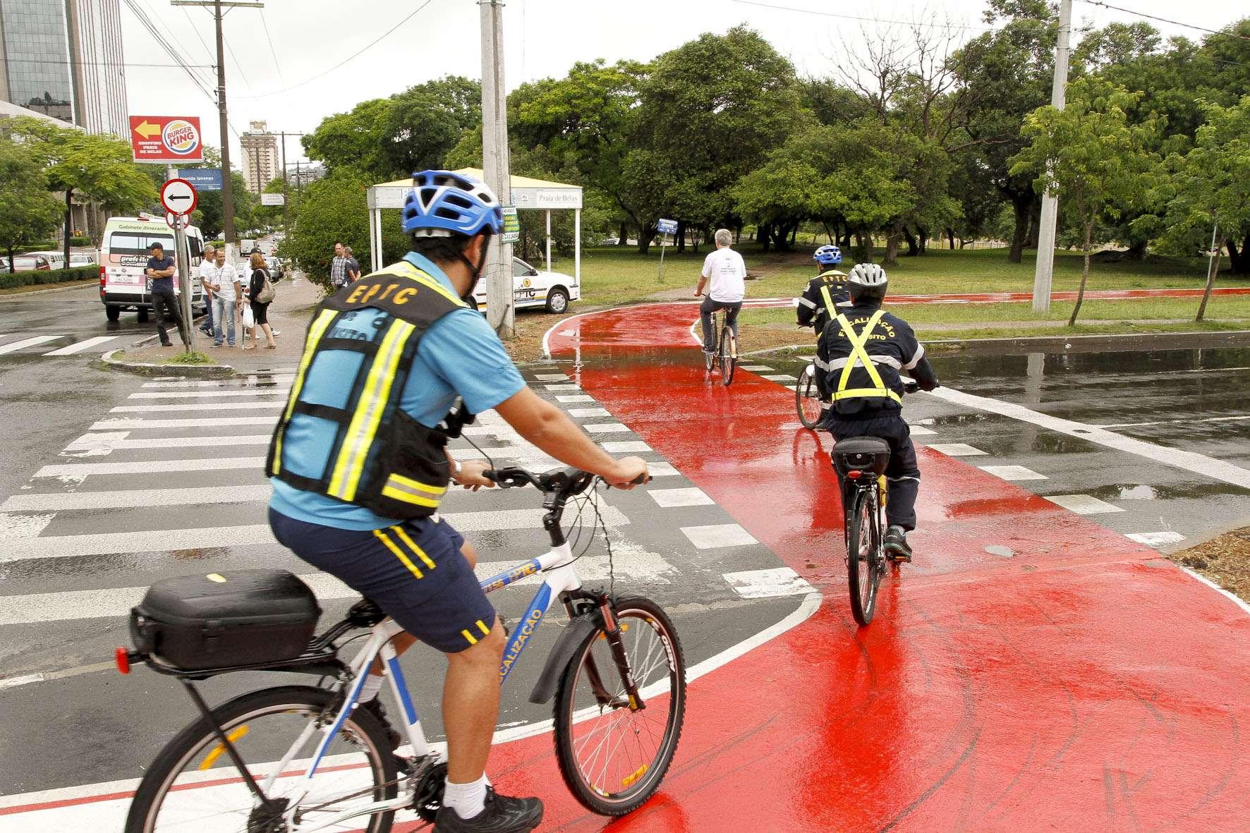 Prefeito de POrto Alegre, José Fortunati, percorre ciclovia construída em cima de passeio público na av. Ipiranga Foto: Cristine Rochol/PMPA