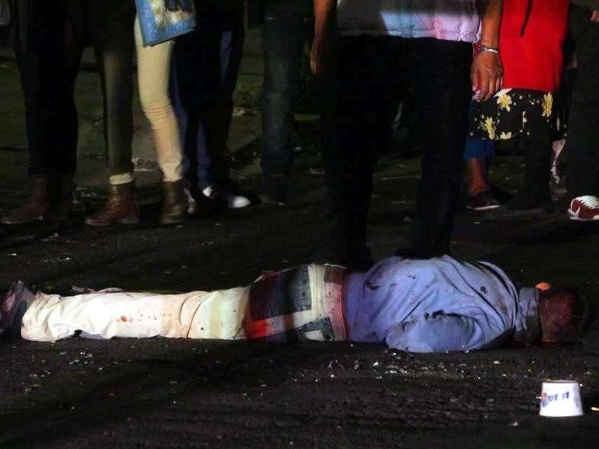 Una de las víctimas quedó frente a la entrada de la vecindad donde habitaba, en la calle Camelia, colonia Guerrero. Foto: Reforma/Gerardo Olvera