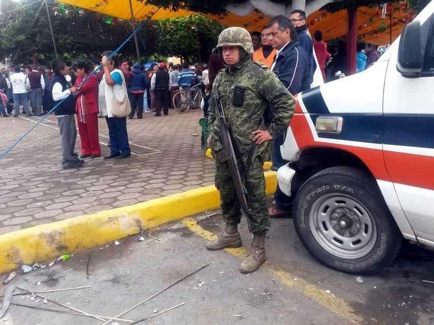 El accidente en Puebla fue provocado por una explosión de un cohete que incendió la pirotecnia que traía una camioneta en el zócalo del municipio. Foto: Reforma/Rafael Durán