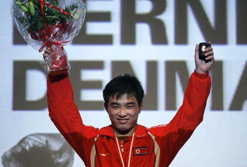 North Korea's Yang Kyong-il celebrates on the podium after winning the gold medal in the men's 55 kg free-style at the World Wrestling Championships 2009 in Herning September 21, 2009. Foto: Bob Strong/Reuters