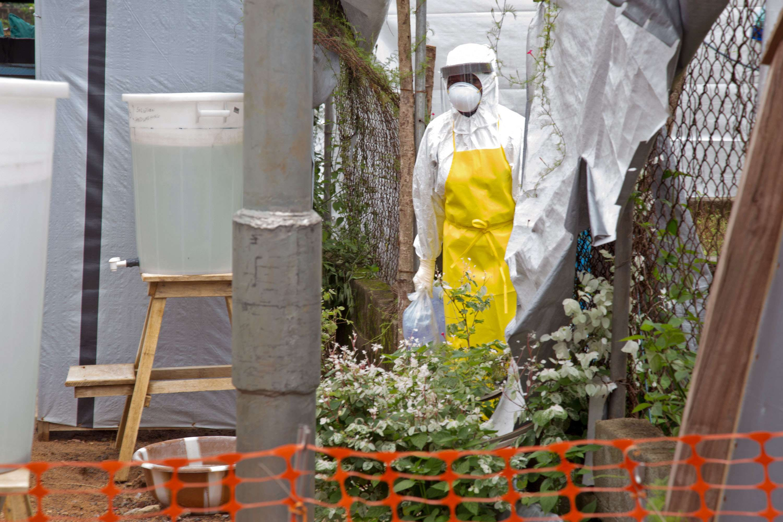 En esta foto de archivo del 12 de agosto de 2014, un trabajador de la salud con equipo protector trabaja en la unidad de aislamiento del ébola del hospital del gobierno en Kenema, Sierra Leona. Foto: AP en español