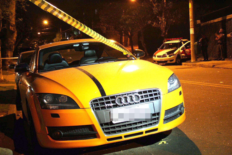 Carro da vítima estava estacionado em frente ao prédio , na zona oeste Foto: Edison Temoteo/Futura Press