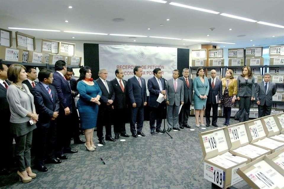 El PRI entregó 193 cajas que contienen más de seis millones de firmas ciudadanas Foto: Reforma/Especial