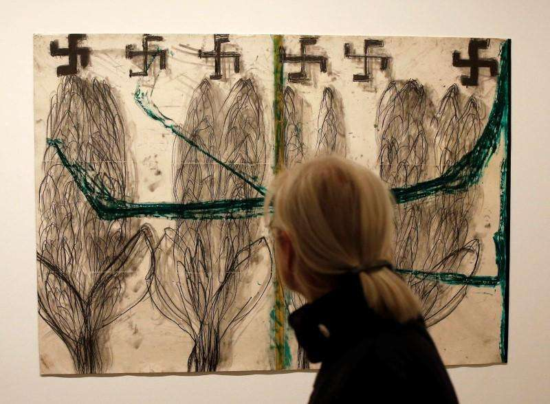 "A visitor watches the painting ""Untiled"" by Israeli artist Moshe Gershuni during the opening of his solo exhibition in Berlin September 12, 2014. Foto: Fabrizio Bensch/Reuters"