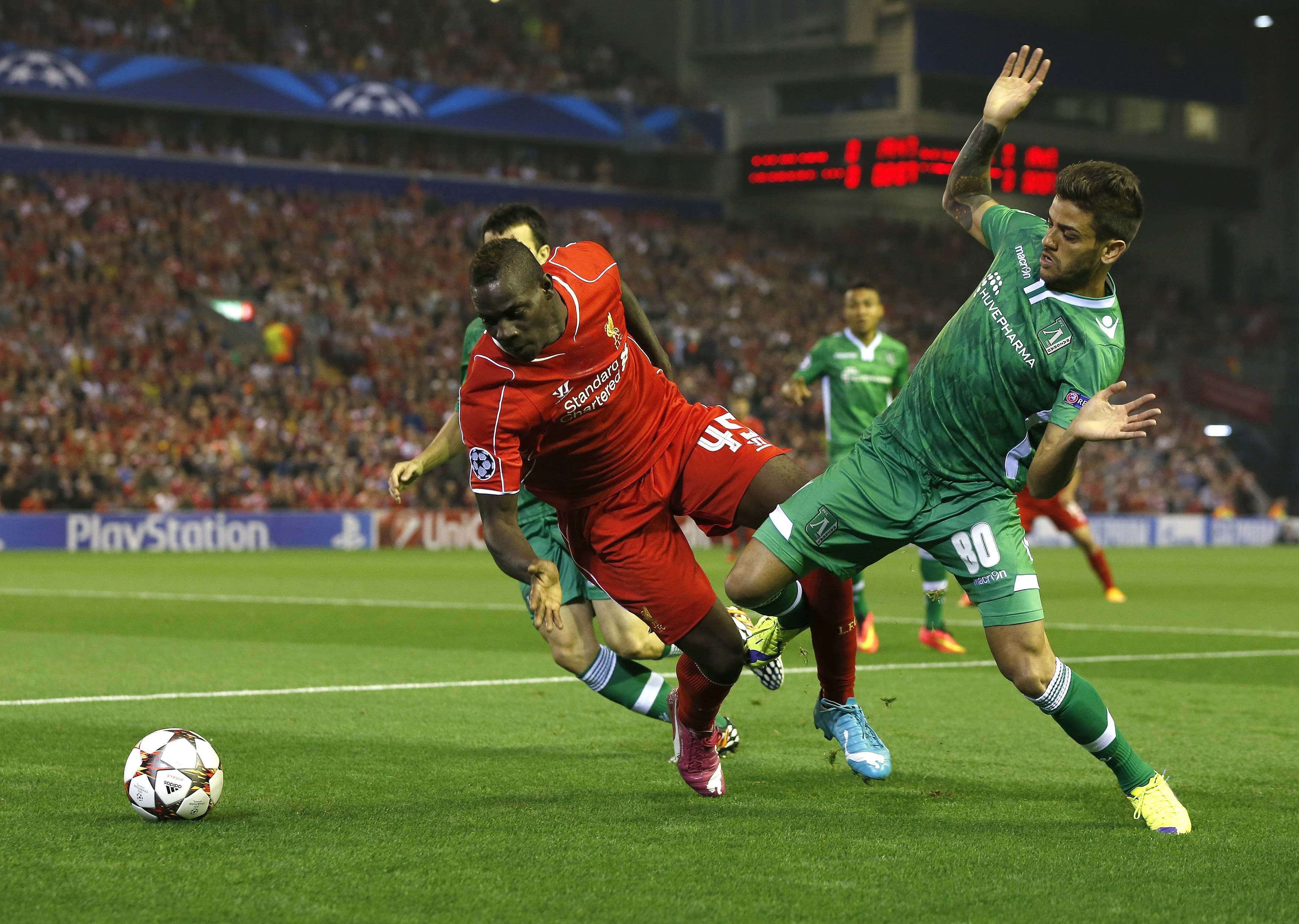 Liverpool's Mario Balotelli (L) is fouled by Ludogorets' Junior Caicara during their Champions League soccer match at Anfield in Liverpool, northern England September 16, 2014. REUTERS/Phil Noble (BRITAIN - Tags: SPORT SOCCER) Foto: PHIL NOBLE/REUTERS