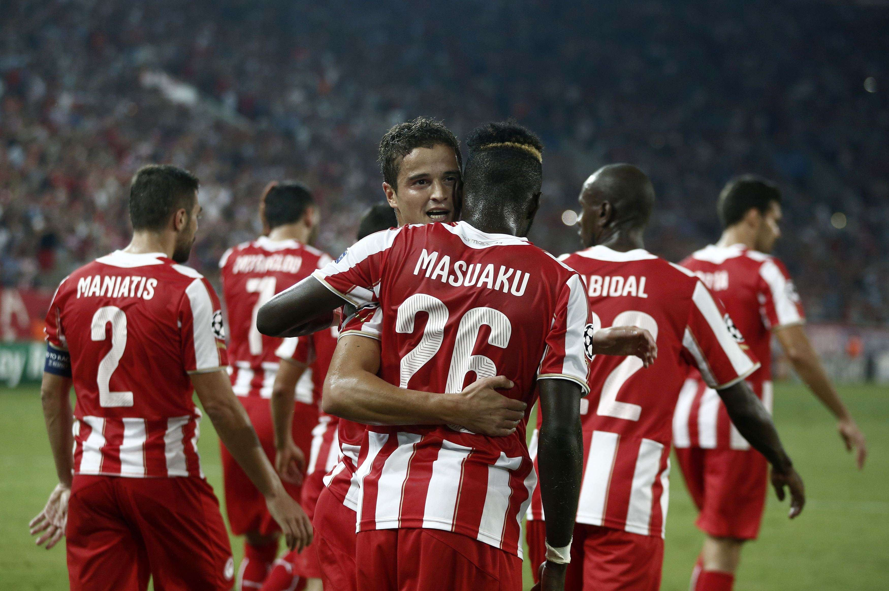 Olympiakos' Ibrahim Afellay (C) celebrates with his teammates after scoring a goal during their Champions League soccer match against Atletico Madrid at Karaiskaki stadium in Piraeus, near Athens, September 16, 2014. REUTERS/Alkis Konstantinidis (GREECE - Tags: SPORT SOCCER) Foto: ALKIS KONSTANTINIDIS/REUTERS