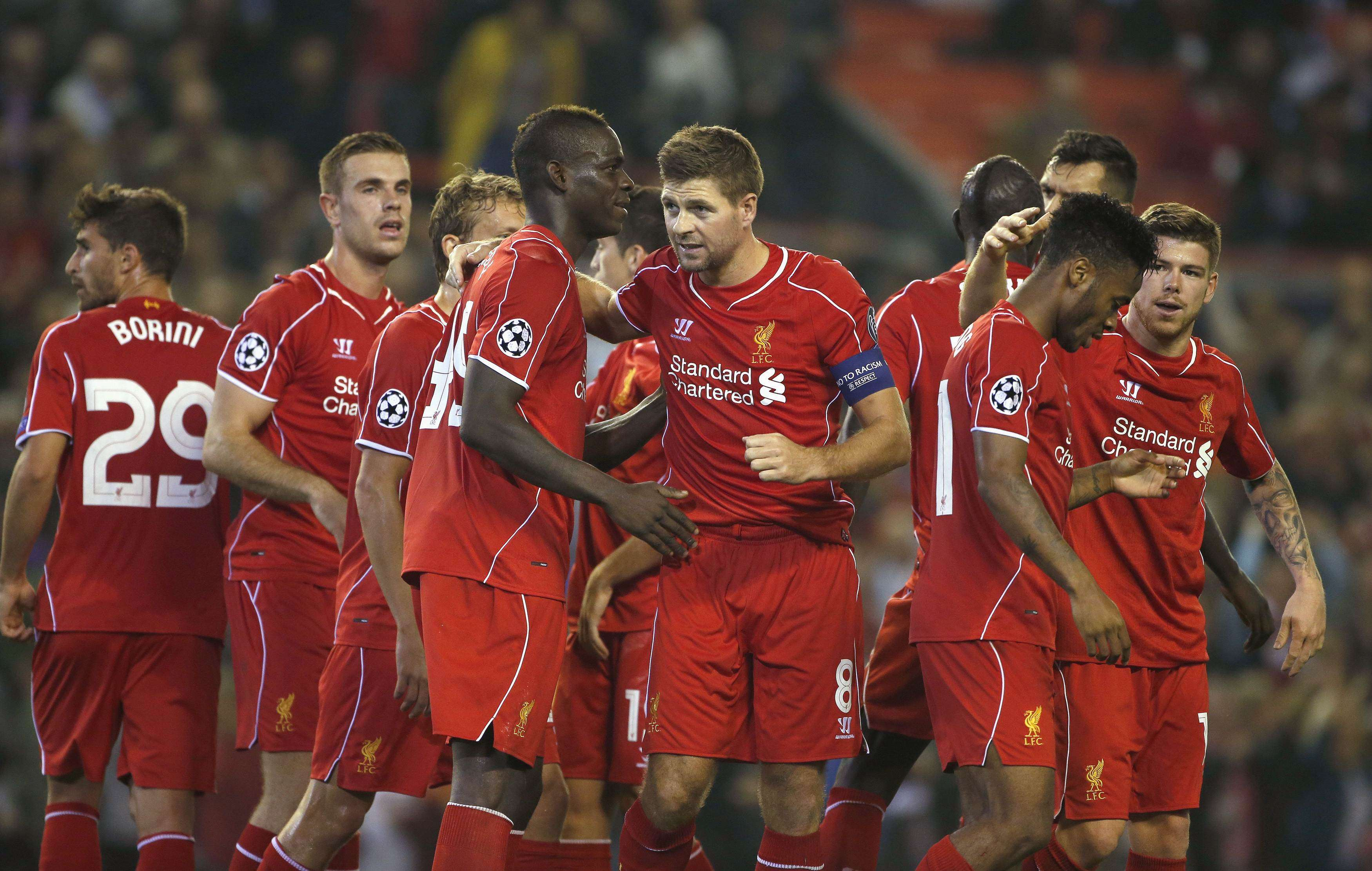 Liverpool's Steven Gerrard (C) celebrates with teammates after scoring a penalty against Ludogorets during their Champions League soccer match at Anfield in Liverpool, northern England September 16, 2014. REUTERS/Phil Noble (BRITAIN - Tags: SPORT SOCCER) Foto: PHIL NOBLE/REUTERS