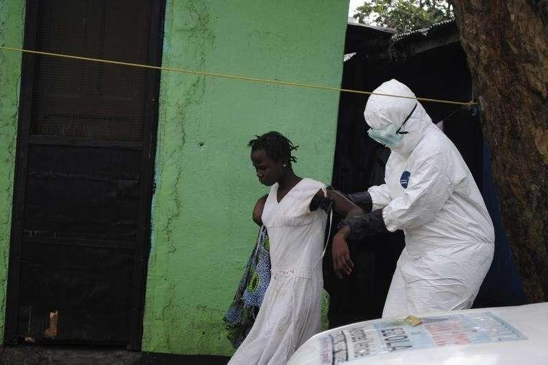 Agente de saúde leva paciente para centro de tratamento na Libéria Foto: James Giahyue/Reuters