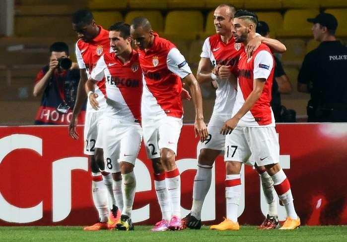 Joao Moutinho es felicitado por los jugadores del Mónaco, luego de marcar el único gol del partido. Foto: AFP