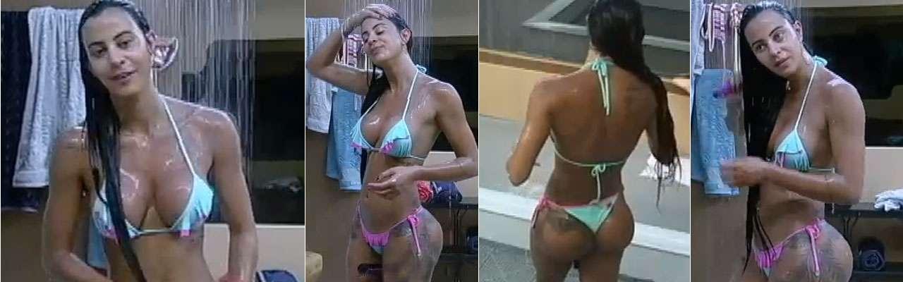 Lorena Bueri mostrou suas curvas nesta terça-feira (16) durante um banho no reality show A Fazenda 7. A modelo se lavou enquanto conversava com Bruna Tang Foto: TV Record/Reprodução