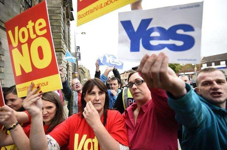 """Apoiadores do """"sim"""" e do """"não"""" fazem campanha antes do referendo sobre a independência da Escócia. 16/09/2014 Foto: Dylan Martinez/Reuters"""