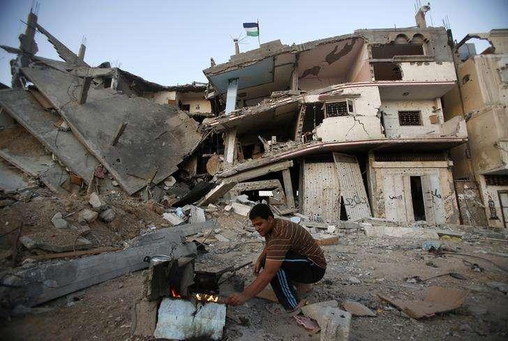 Palestino faz café perto das ruínas de sua casa, destruída pela ofensiva militar isralense na Faixa de Gaza. 10/09/2014 Foto: Suhaib Salem/Reuters