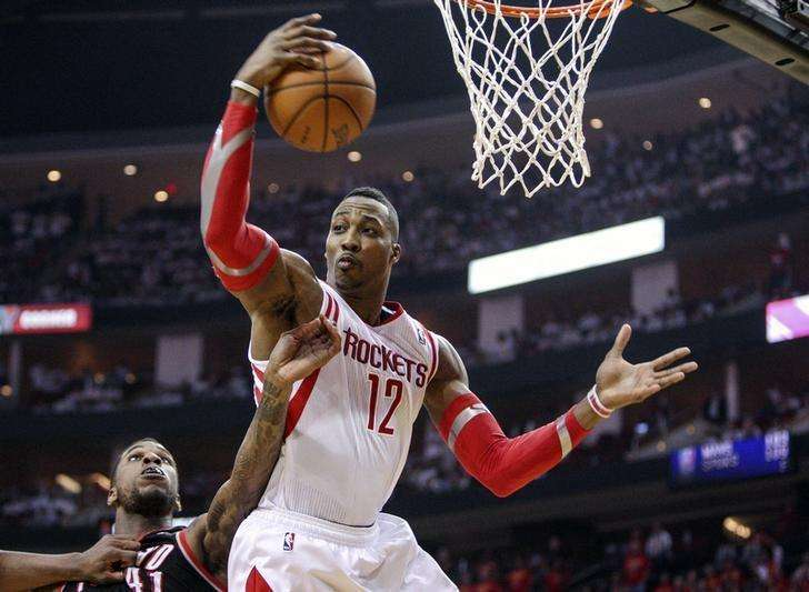 Apr 30, 2014; Houston, TX, USA; Houston Rockets center Dwight Howard (12) gets a rebound during the second quarter against the Portland Trail Blazers in game five of the first round of the 2014 NBA Playoffs at Toyota Center. Mandatory Credit: Troy Taormina-USA TODAY Sports. Foto: Reuters