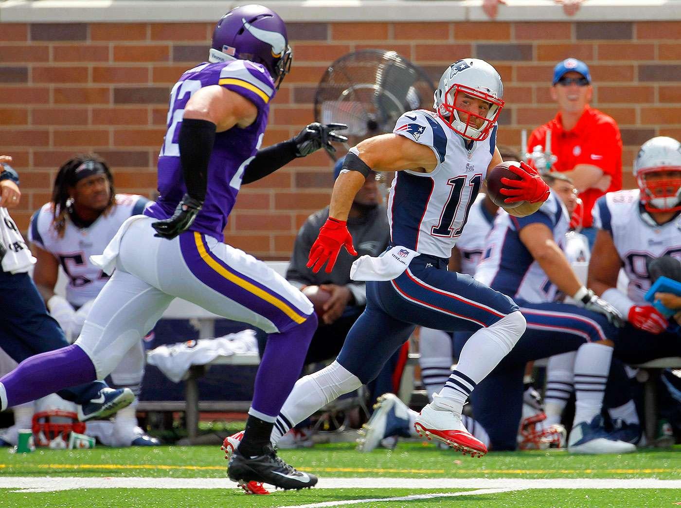 Julian Edelman, de los Patriots de Nueva Inglaterra, se escapa del free safety de los Vikings de Minnesota, Harrison Smith, luego de atrapar un pase en el encuentro del domingo 14 de septiembre de 2014 Foto: Ann Heisenfelt/AP