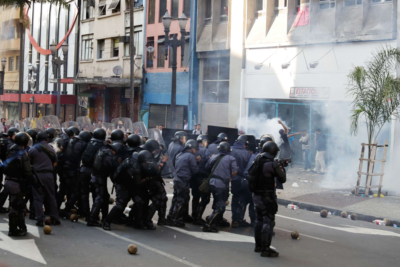 Policias agiram com bombas de gás lacrimogêneo na ocupação de um hotel abandonado em São Paulo Foto: Alice Vergueiro/Futura Press