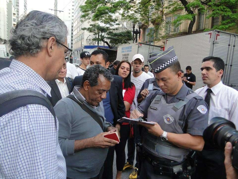 Antes do confronto, policiais e moradores negociavam a saída pacífica do prédio