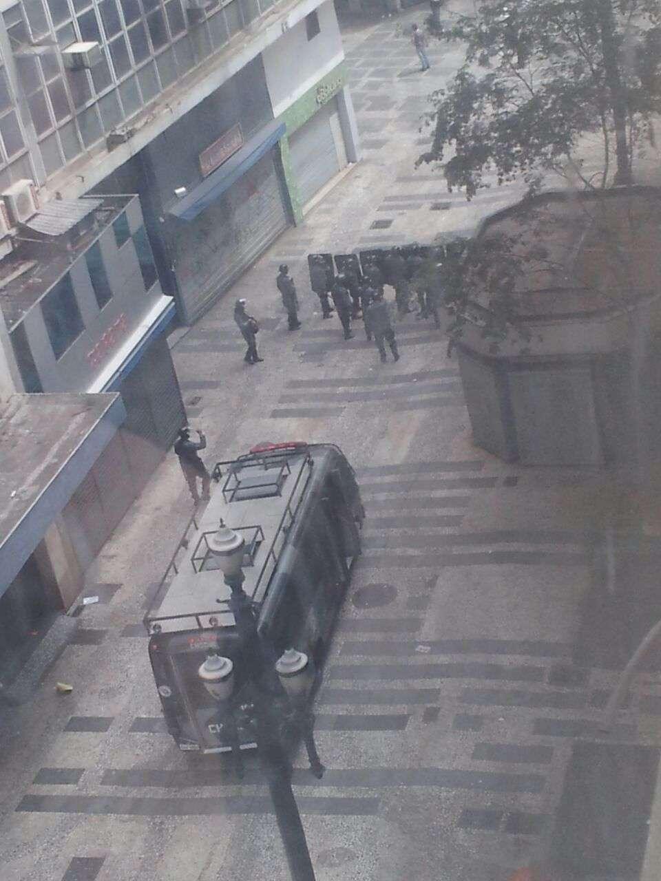 Tropa de Choque passa pela rua Barão de Itapetininga