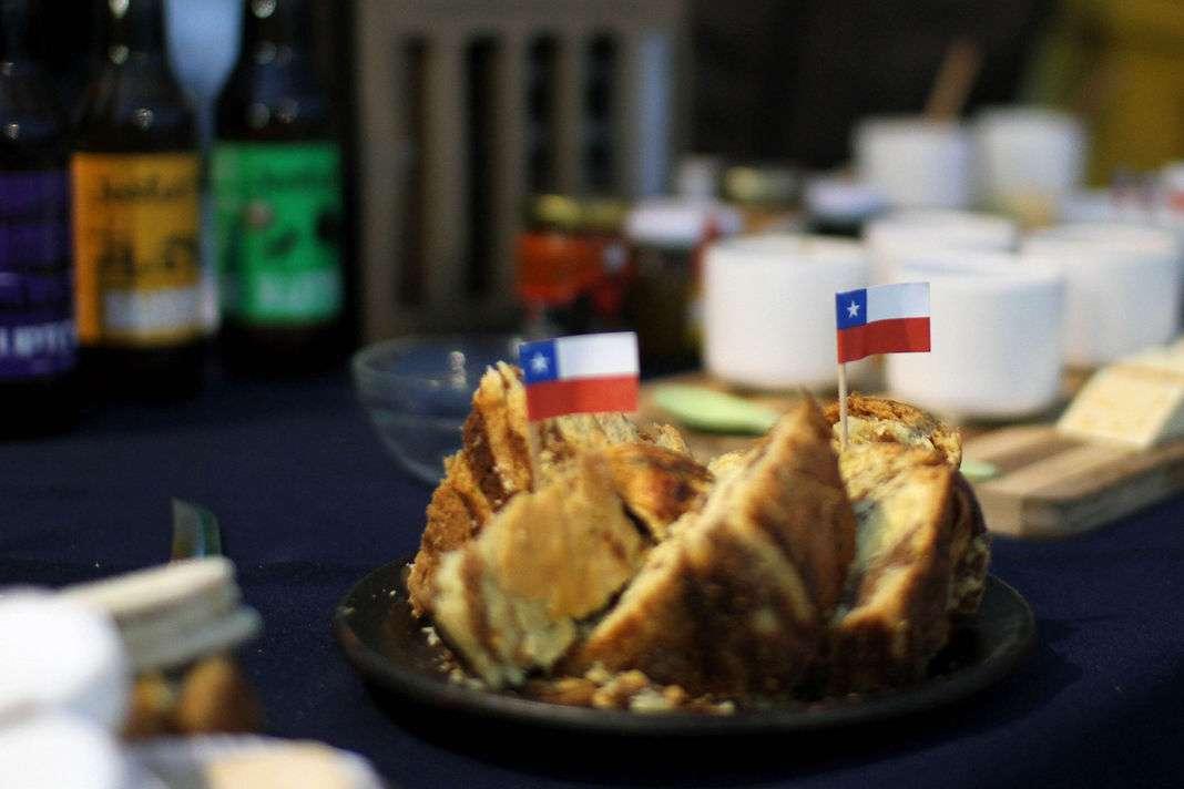 El alcalde de Maipú, Christian Vittori, participa en un desayuno 'guachaca', con tortillas de rescoldo, leche de burra, sopaipillas, pebres, arrollado de huaso, terremoto, pipeño, pailas de huevo. Esto acompañado de bailes, cantos folclóricos, cueca chora y brava, para dar inicio a estas Fiestas Patrias en la comuna. Foto: UPI