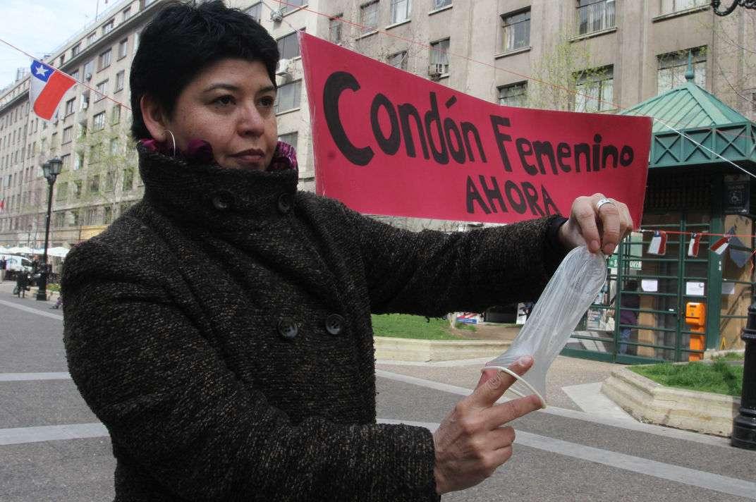 """Fundación Savia, Fondo Alquimia y Fundación Margen lanzaron la campaña """"Pie de Cueca por el acceso al condón femenino"""", con el objetivo de dar a conocer el condón femenino, demandar su acceso y promover su correcto uso, diversas organizaciones de la sociedad civil como la Comunidad Internacional de Mujeres Viviendo con VIH/SIDA ICW Capitulo Chileno, expusieron en el Paseo Bulnes los controvertidos anticonceptivos. Foto: UPI"""