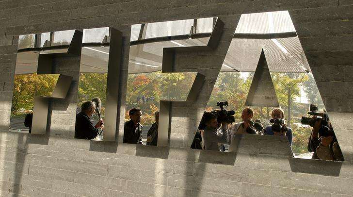 Journalists are reflected in a logo at the FIFA headquarters after a meeting of the executive committee in Zurich October 4, 2013. Foto: Arnd Wiegmann/Reuters
