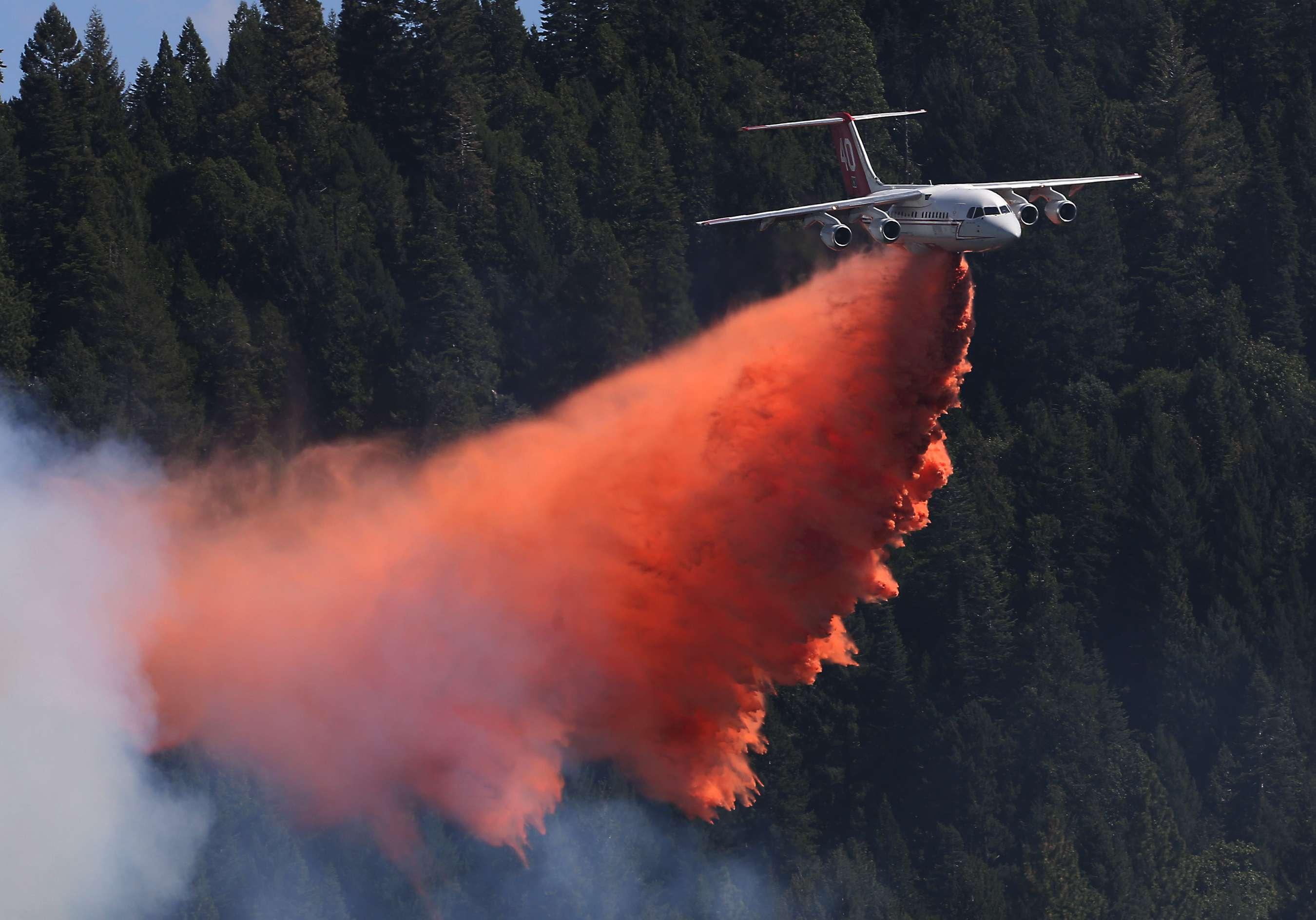 Un avión lanza una carga de sustancias antiincendios cerca de Pollack Pines, California, el 15 de septiembre de 2014. Foto: AP en español