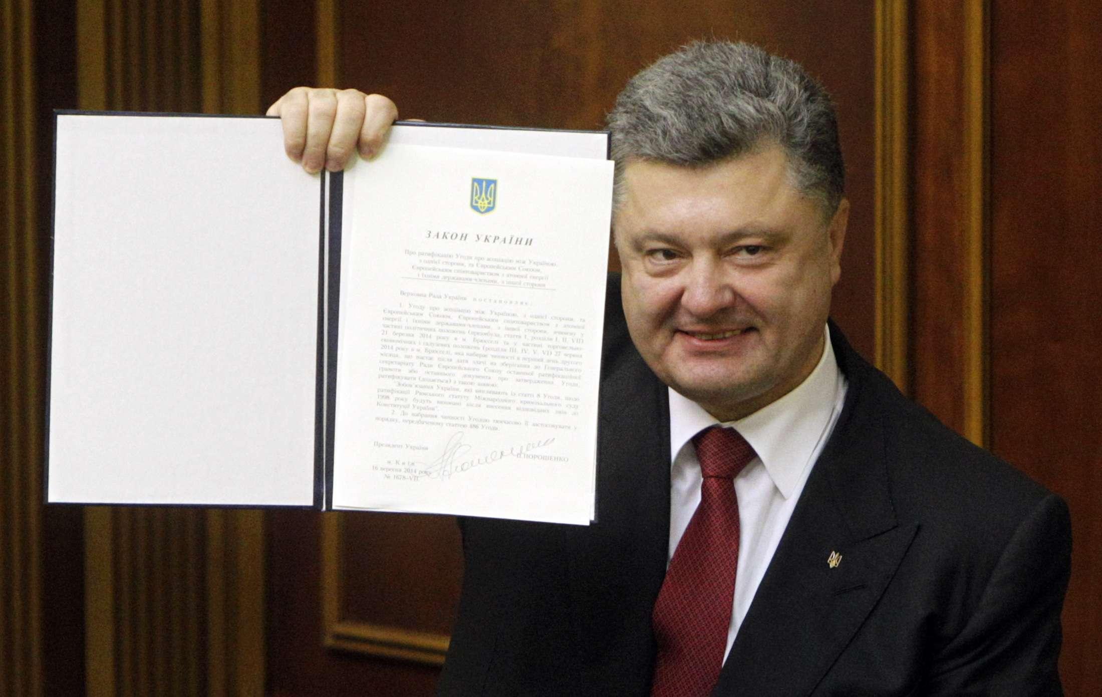 Poroshenko mostra documento de acordo da Ucrânia com a União Europeia Foto: Valentyn Ogirenko/Reuters