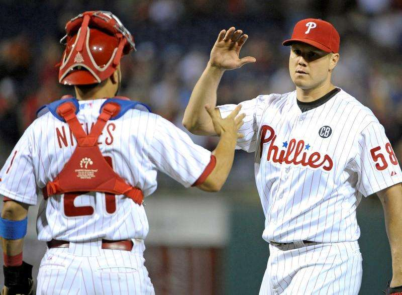 Sep 13, 2014; Philadelphia, PA, USA; Philadelphia Phillies relief pitcher Jonathan Papelbon (58) celebrates with catcher Wil Nieves (21) after the final out against the Miami Marlins at Citizens Bank Park. The Phillies won 2-1. Mandatory Credit: Eric Hartline-USA TODAY Sports. Foto: Reuters