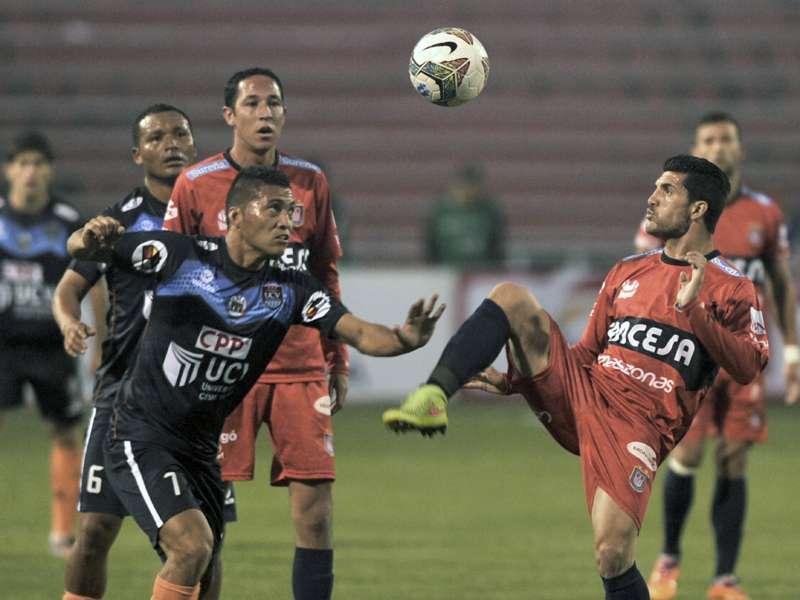 Daniel Chávez (izquierda) anotó su primer gol en competencias internacionales. Foto: AFP