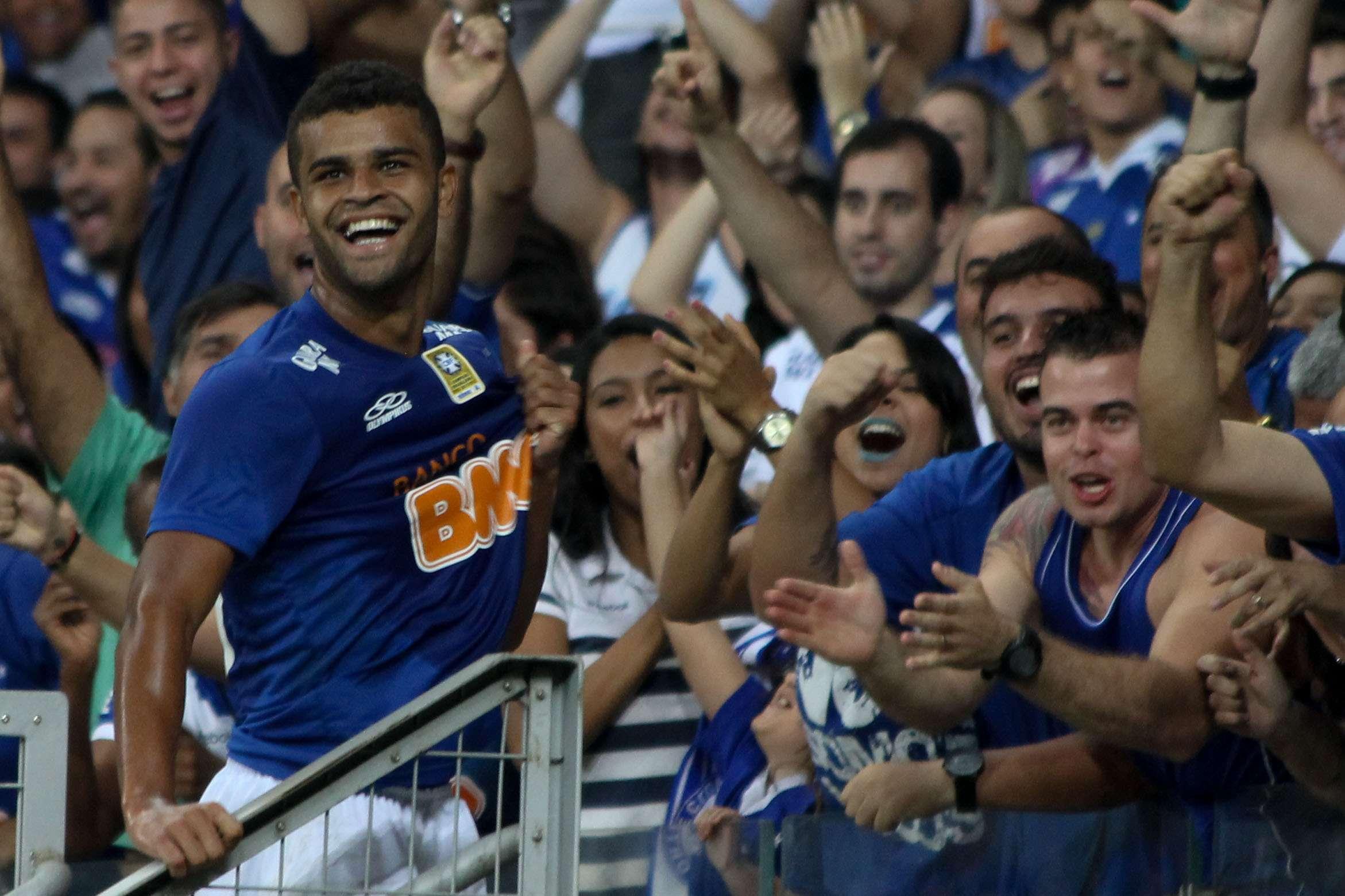 Alisson faz a festa com a torcida do Cruzeiro em duelo com o Atlético-PR no Mineirão Foto: Denis Dias/Gazeta Press