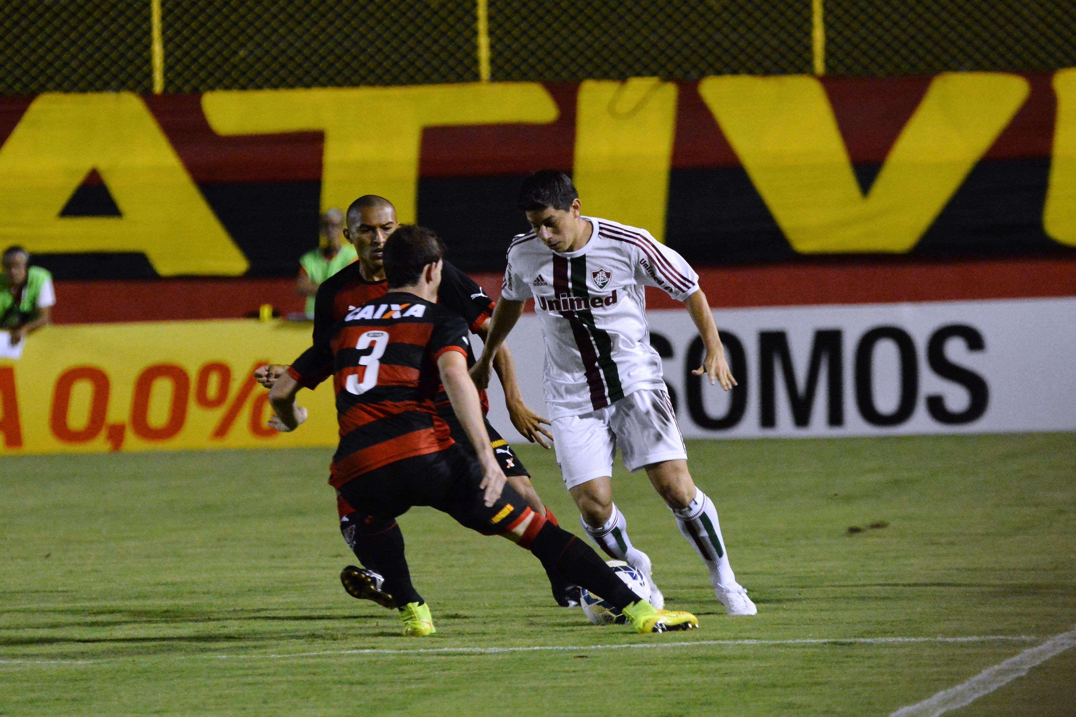 Conca tenta jogada pelo meio de campo Foto: Mauro Akin Nassor / Photocamera/Divulgação