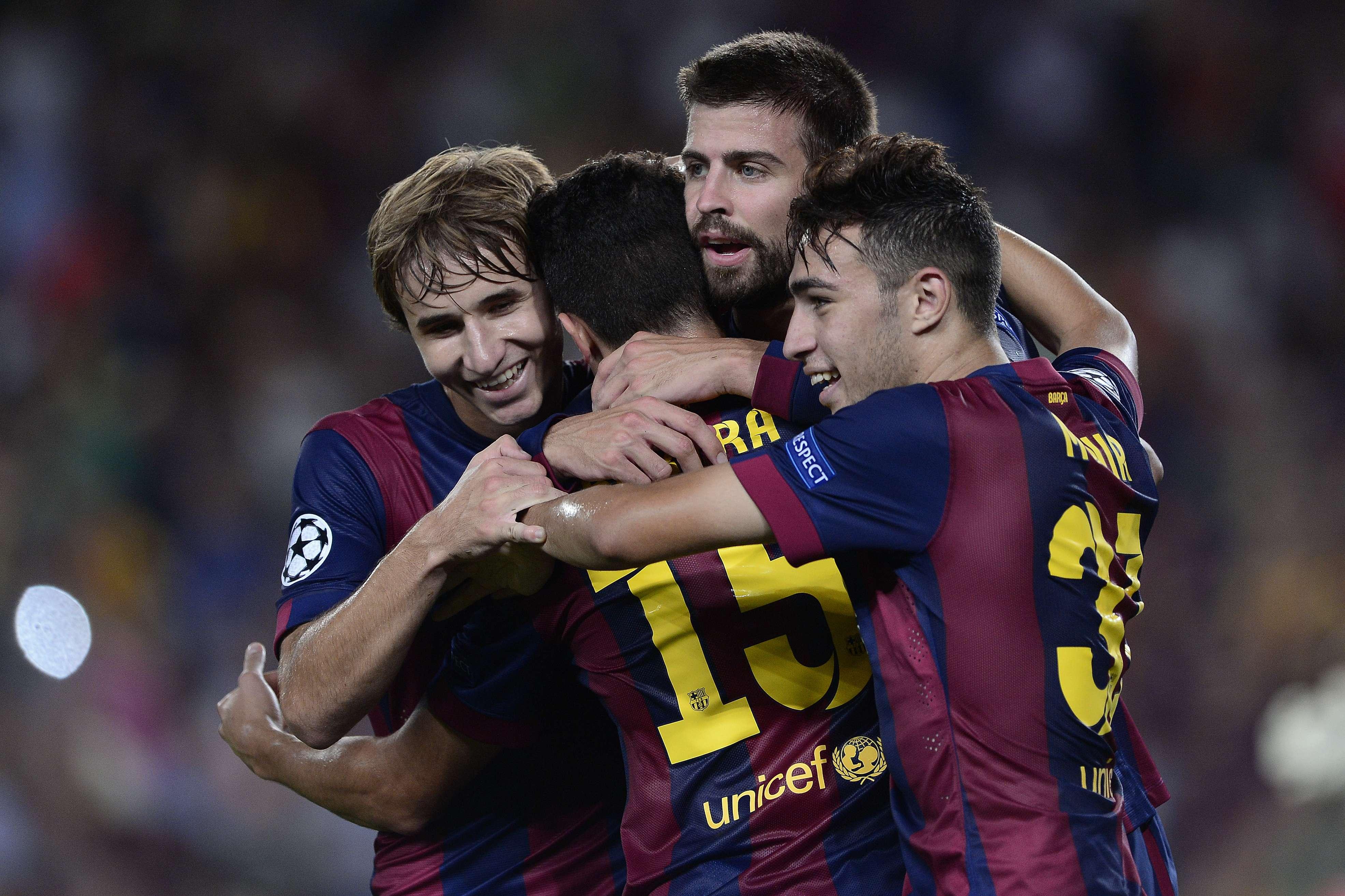 Jogadores do Barcelona festejam vitória apertada sobre o Apoel Foto: Josep Lago/AFP