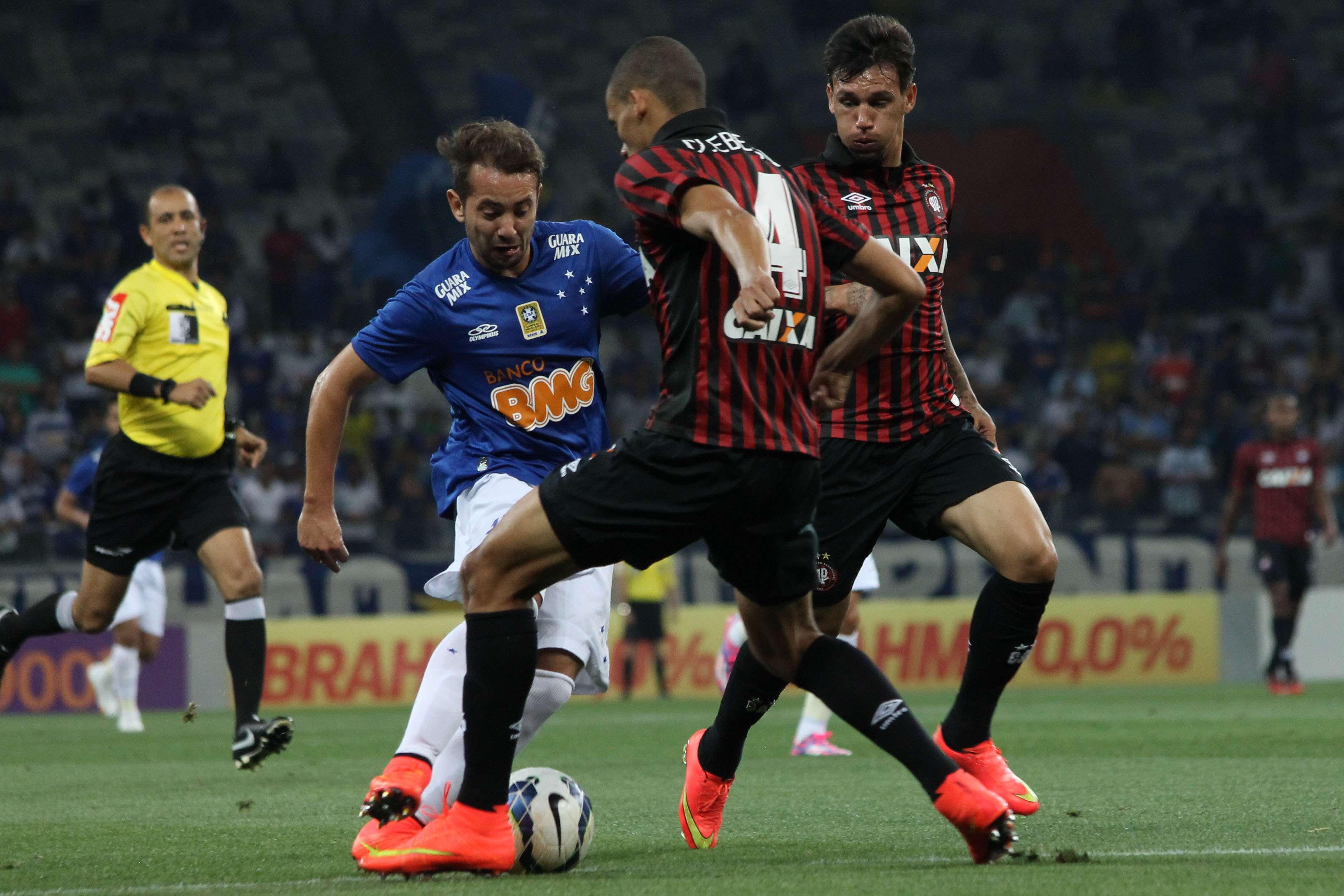 Everton Ribeiro encara a marcação do Atlético-PR Foto: Denis Dias/Gazeta Press