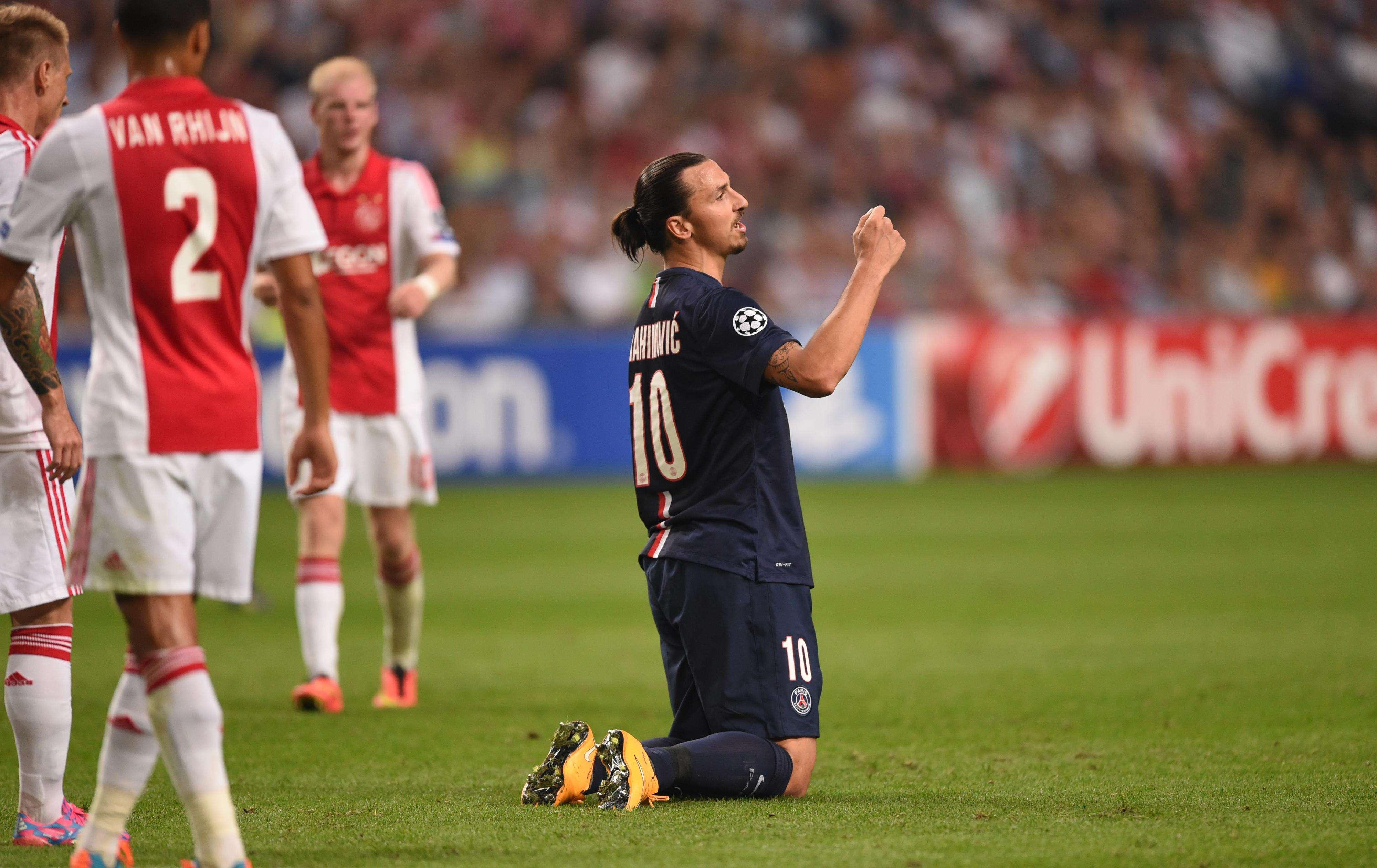 Ibrahimovic lamenta erro durante empate entre PSG e Ajax Foto: Emmanuel Dunand/AFP
