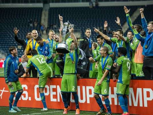 Sep 16, 2014; Chester, PA, USA; Seattle Sounders FC forward Clint Dempsey (2) hoists the Lamar Hunt US Open cup after the final against the Philadelphia Union at PPL Park. The Seattle Sounders FC won the match 3-1. Mandatory Credit: John Geliebter-USA TODAY Sports (Photo: John Geliebter John Geliebter-USA TODAY Sports) Foto: AP en español