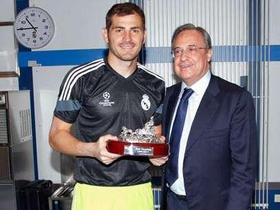 Florentino entrega una réplica de La Cibeles por sus 15 años en el equipo. Foto: REAL MADRID