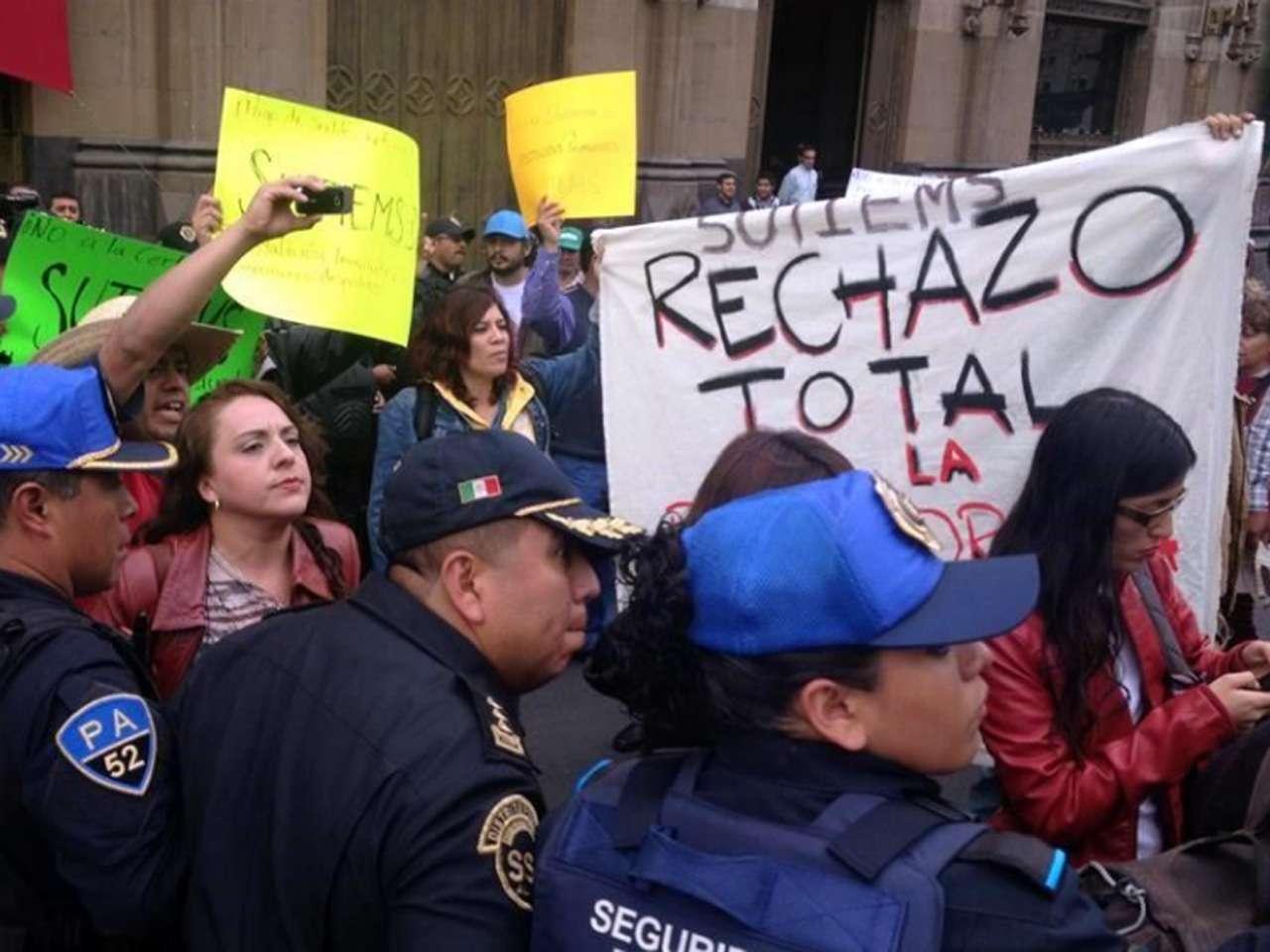 Los profesores no pudieron seguir marchando hacia la ALDF Foto: Diego Gallegos/Reforma