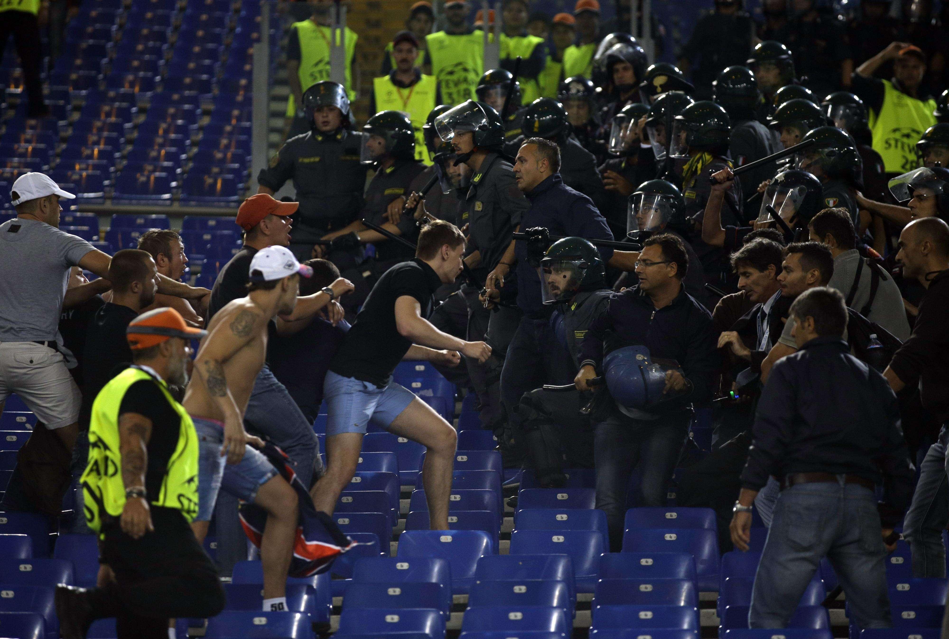 Torcedores brigam na arquibancada do Estádio Olímpico Foto: Alessandra Tarantino/AP