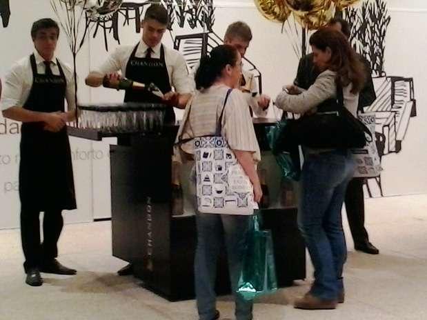 Champagne é distribuído na Fashion Night Out Foto: Karen Gonçalves/Terra