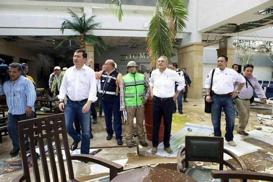 El secretario de Gobernación, Miguel Ángel Osorio, y el titular de PC-Segob, Luis Felipe Puente, recorrieron el aeropuerto de San José del Cabo. Foto: Reforma/Tomada de Twitter