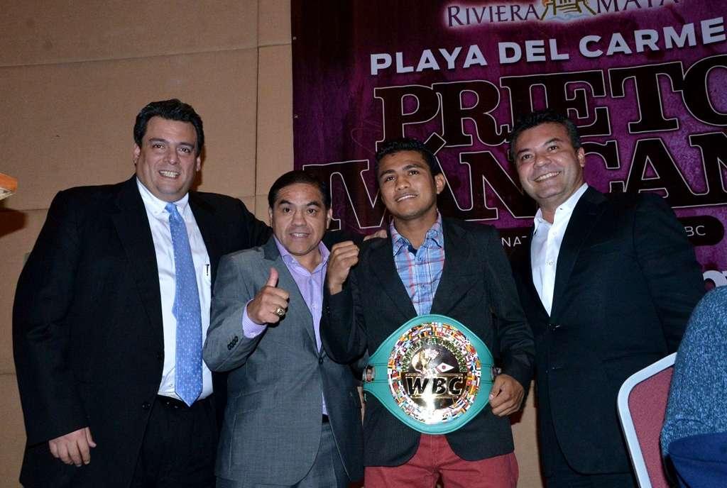 Mauricio Sulaimán y Humberto González le entregaron el cinto verde y oro al púgil nica. Foto: Alma Montiel/CMB