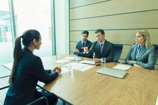 En ciertos puntos, el entrevistador podrá cuestionar de más tus respuestas u opiniones. Busca mantener la calma, lo que se analiza es tu actitud y capacidad de respuesta ante situaciones difíciles. Foto: Getty Images