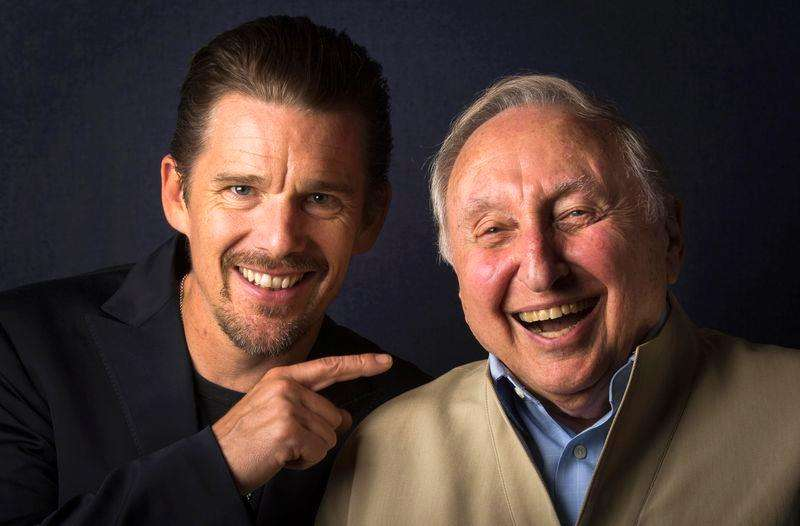 "Director Ethan Hawke (L) and pianist Seymour Bernstein pose while promoting their film ""Seymour: An Introduction"" during the Toronto International Film Festival (TIFF) in Toronto, September 10, 2014. Foto: Mark Blinch/Reuters"