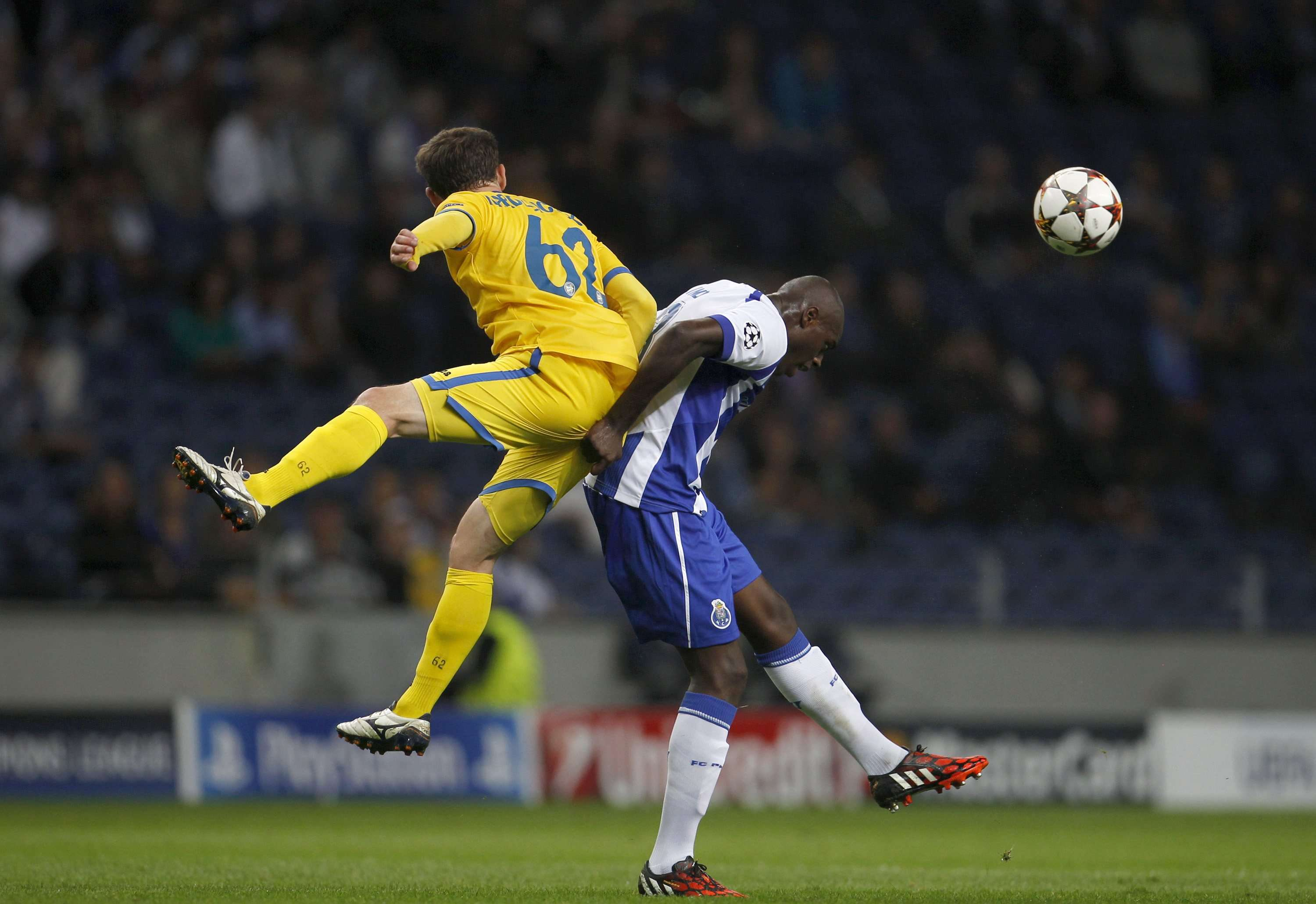 Porto's Bruno Martins (R) fights for the ball with BATE Borisov's Mikhail Gordeychuk during their Champions League Group H soccer match at Dragao stadium in Porto September 17, 2014. REUTERS/Rafael Marchante (PORTUGAL - Tags: SPORT SOCCER) Foto: RAFAEL MARCHANTE/REUTERS