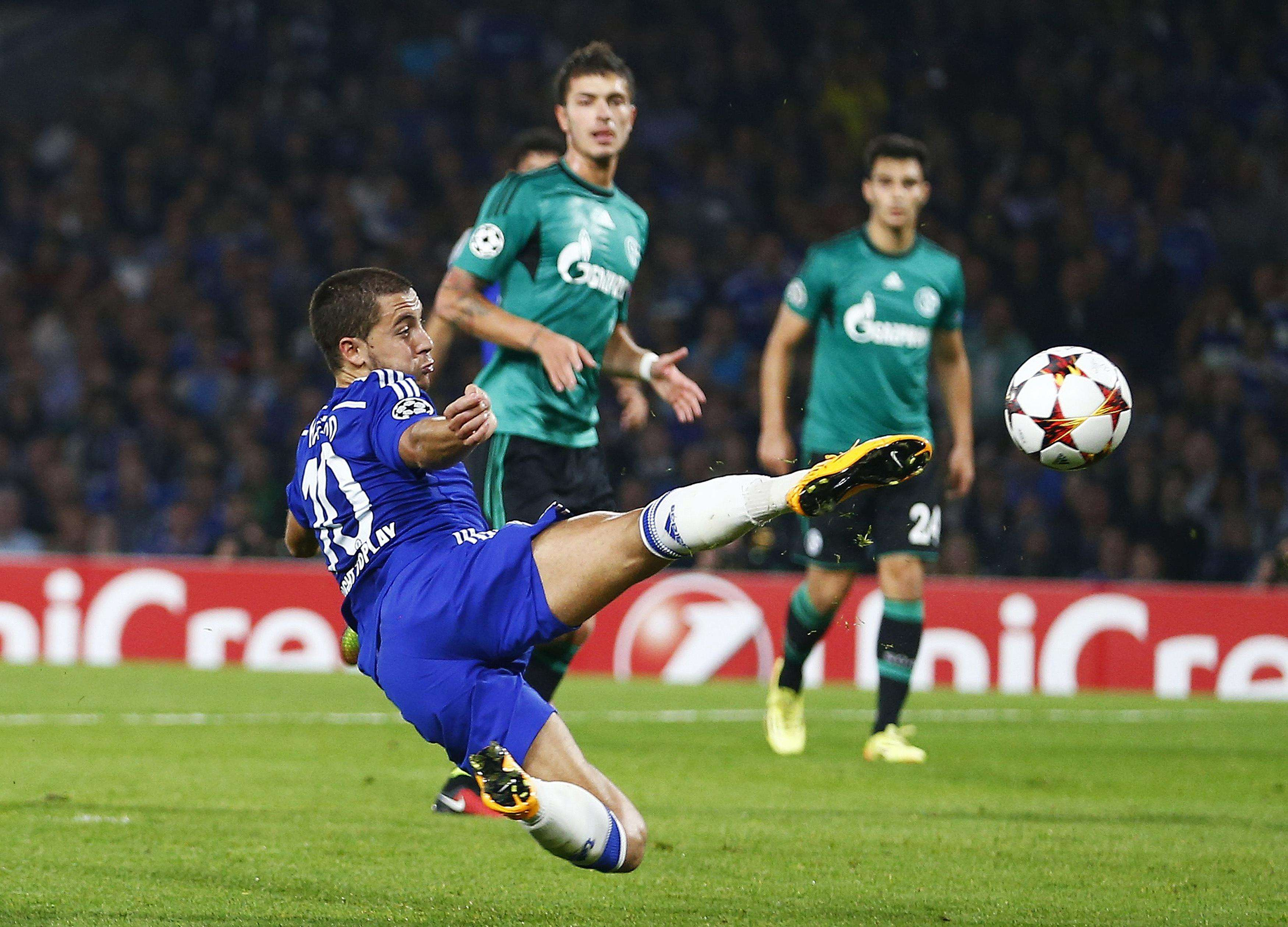 Chelsea's Eden Hazard lunges for the ball during their Champions League soccer match against Schalke 04 at Stamford Bridge in London September 17, 2014. REUTERS/Andrew Winning (BRITAIN - Tags: SPORT SOCCER) Foto: ANDREW WINNING/REUTERS