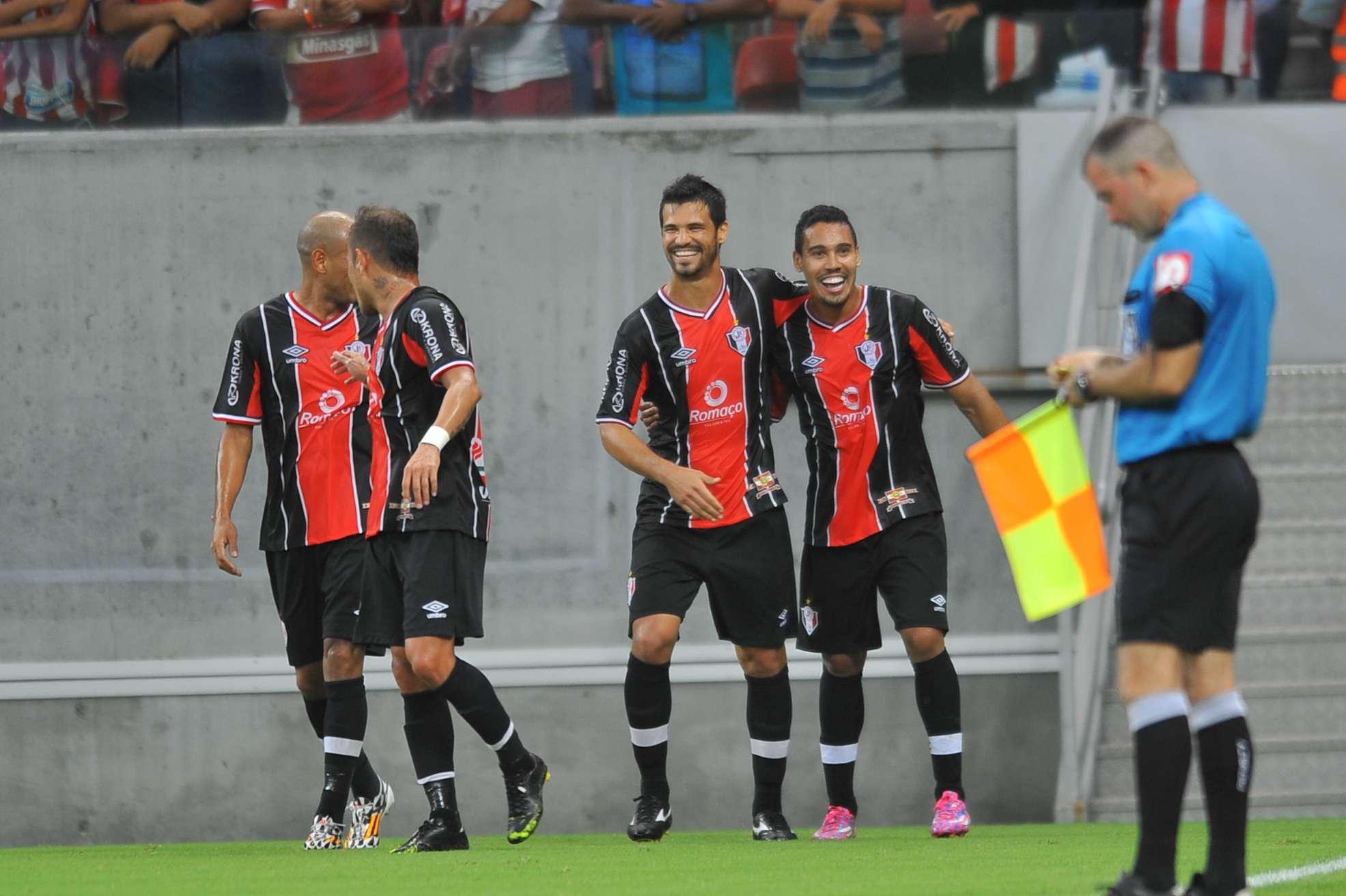 Jogadores do Joinville comemoram vitória no Recife Foto: Aldo Carneiro/Agência Lance