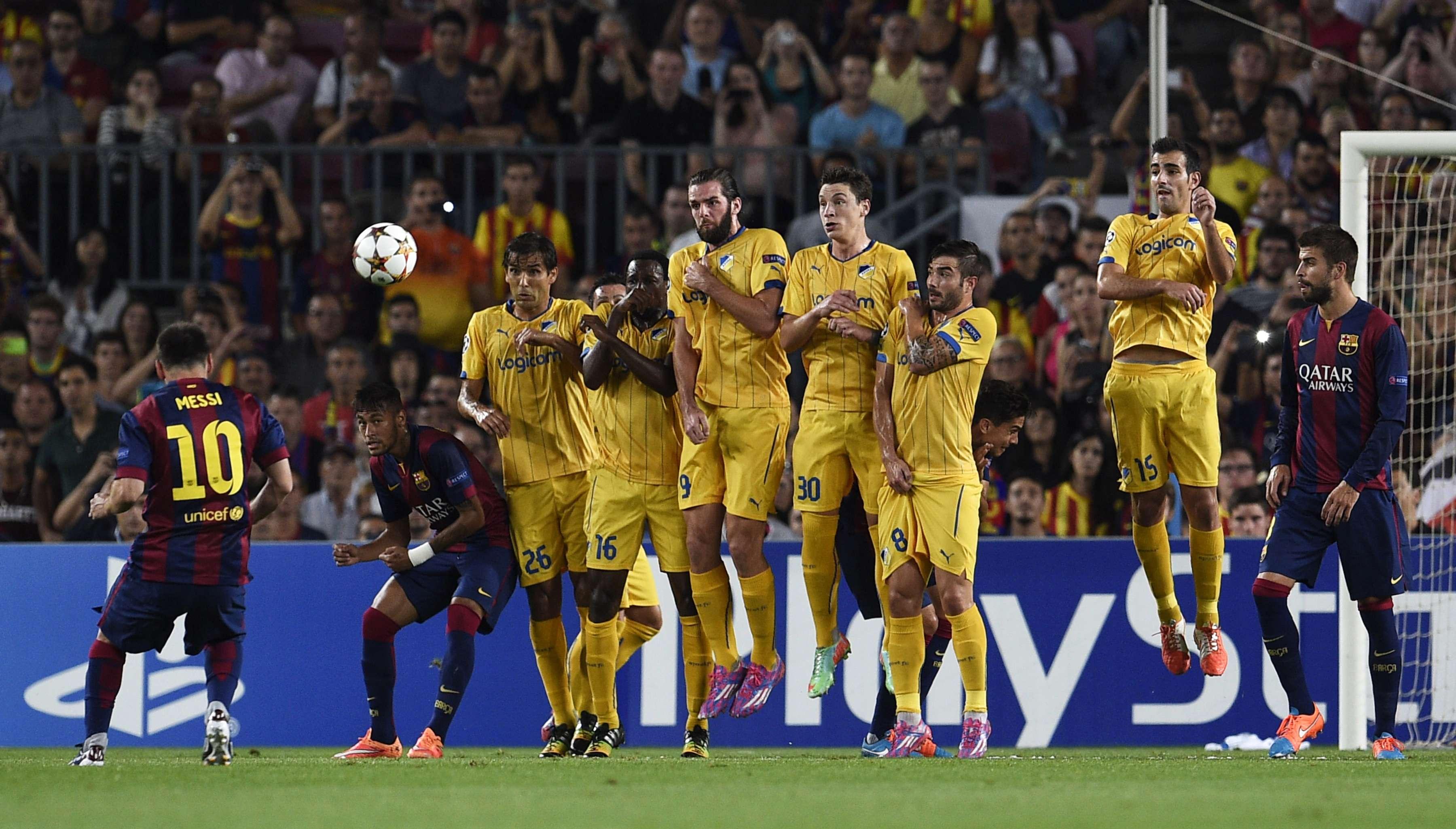 Lionel Messi arrisca cobrança de falta no duelo entre Barcelona e Apoel; confira a seguir mais imagens da rodada de quarta-feira da Liga dos Campeões Foto: Lluis Gene/AFP