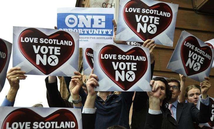 Cartaz pelo 'Sim' em meio a outros pelo 'Não' em campanha para o referendo na Escócia. 17/09/2014 Foto: Dylan Martinez/Reuters