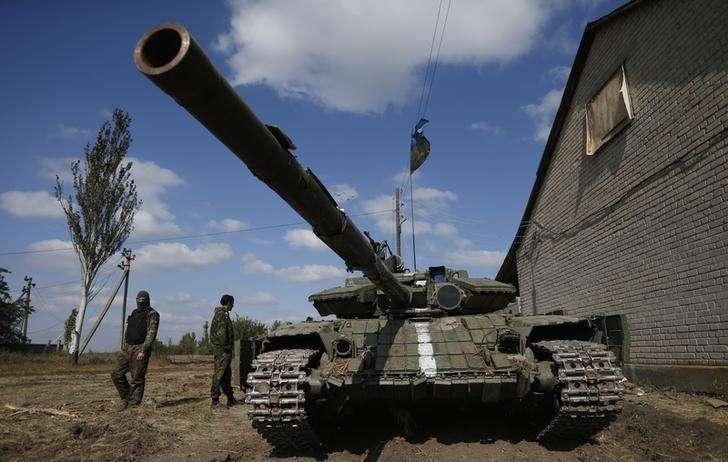 Soldados ucranianos ao lado de tanque nos arredores de Donetsk. 16/09/2014 Foto: David Mdzinarishvili/Reuters