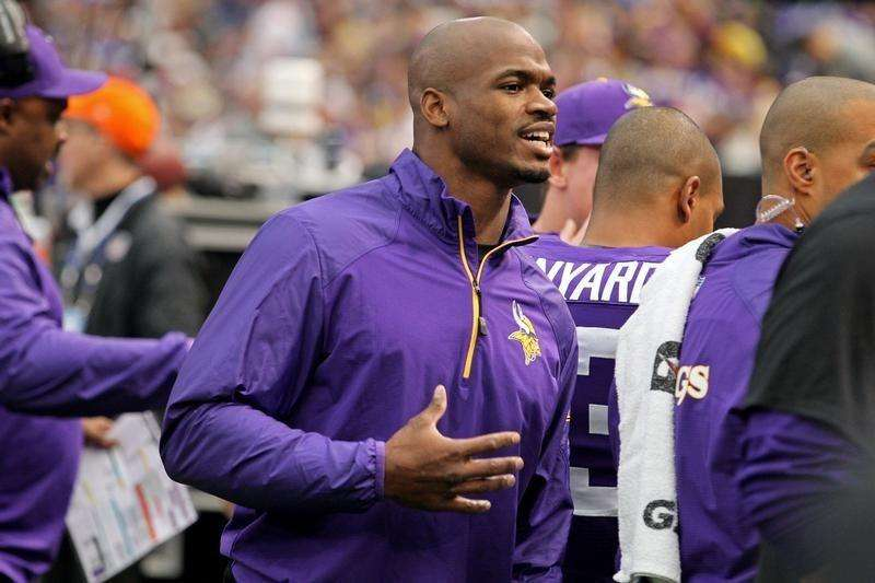 Dec 15, 2013; Minneapolis, MN, USA; Minnesota Vikings running back Adrian Peterson (28) talks on the sidelines during the first quarter against the Philadelphia Eagles at Mall of America Field at H.H.H. Metrodome. Mandatory Credit: Brace Hemmelgarn-USA TODAY Sports. Foto: Reuters